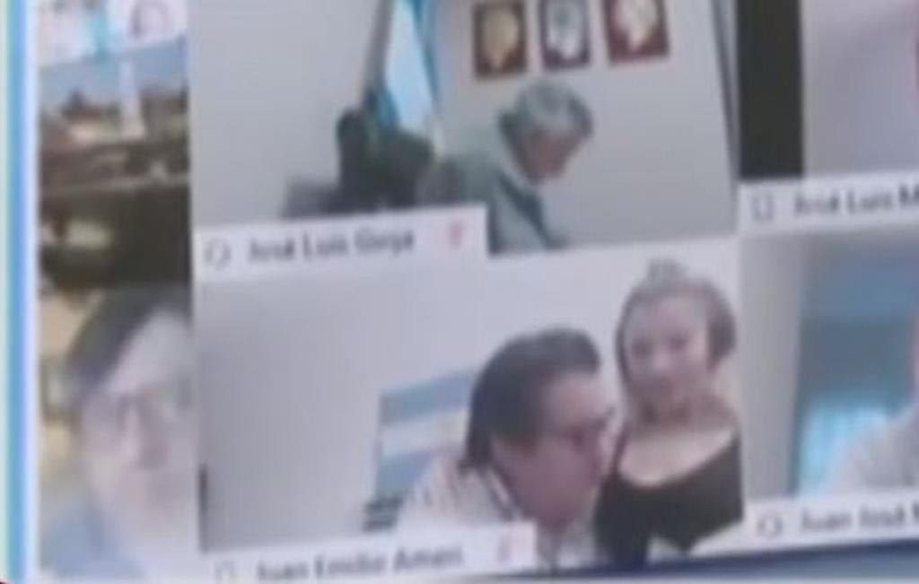 VÍDEO: Deputado argentino renuncia após beijar seio da mulher durante sessão virtual